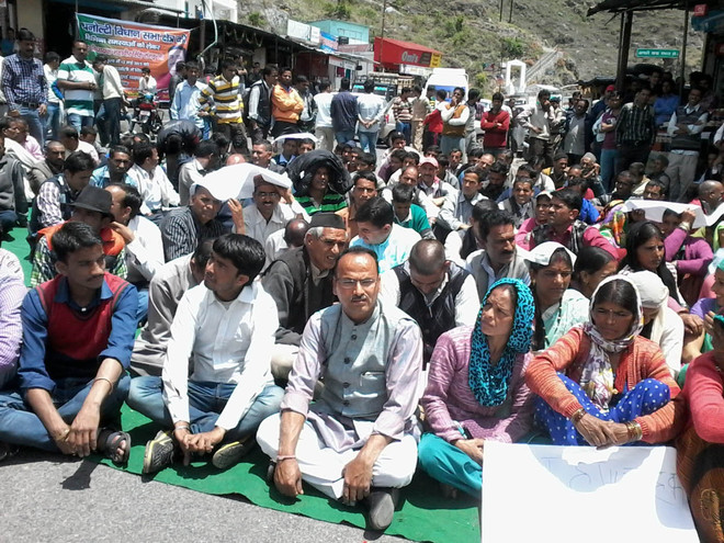 Villagers block road to Dhanaulti
