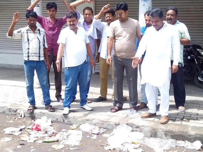 Shopkeepers protest against litter in market