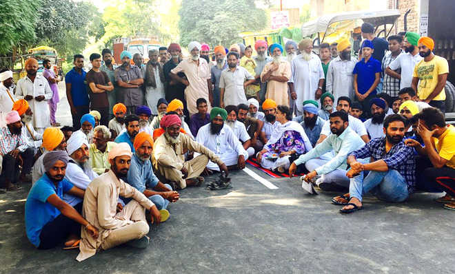 Farmers protest, say getting less than MSP