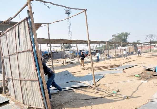 Traders remove sheds in Tibetan market