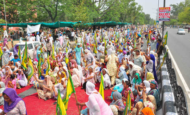 Farmers block GT Road, lift dharna after assurance by SSP