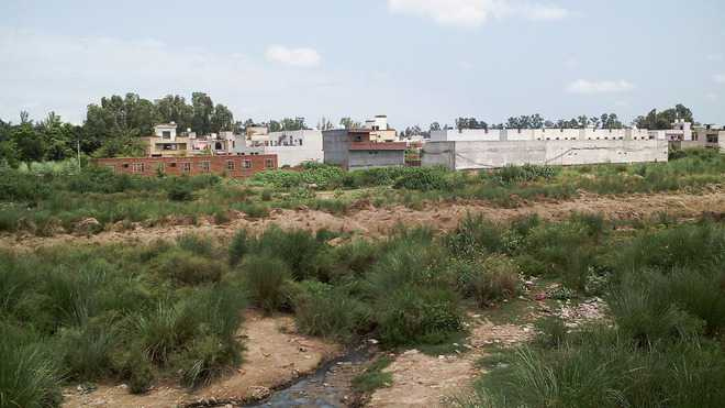 People living on Tangri river bed asked to vacate houses