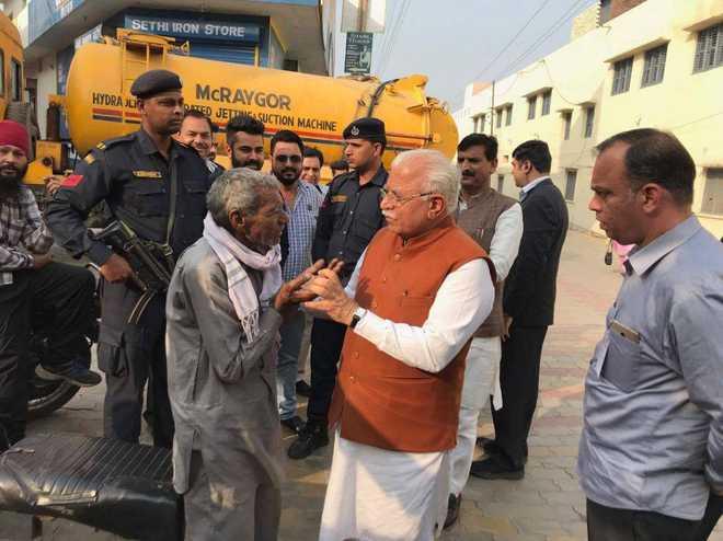 Technology Management Image: Khattar Meets Old Cobbler On Roadside; Announces Rs 50,000