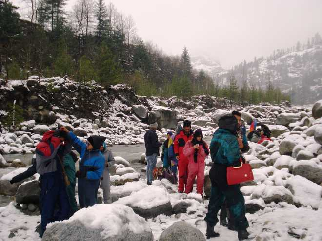 Snow in Manali, Kufri draws tourists in droves