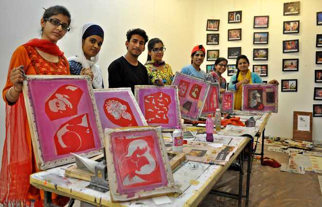 Art Enthusiasts Learn Screen Printing