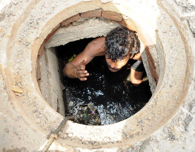 Sewer cleaning goes on in city without safety measures