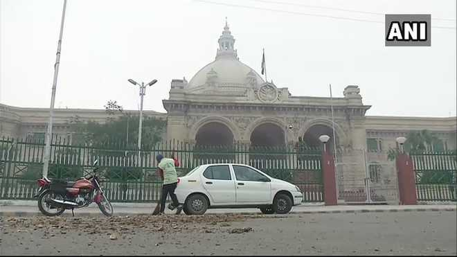Farmers protest in UP, throw potatoes outside CM's residence