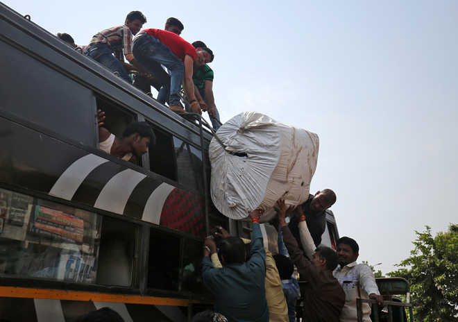 Migrants flee Gujarat
