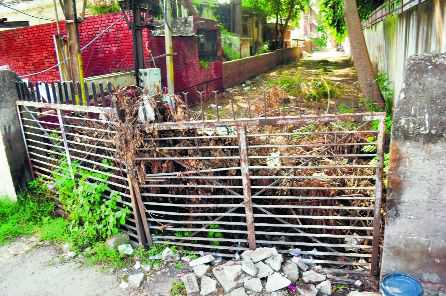 Housing societies flout MC norms, install gates