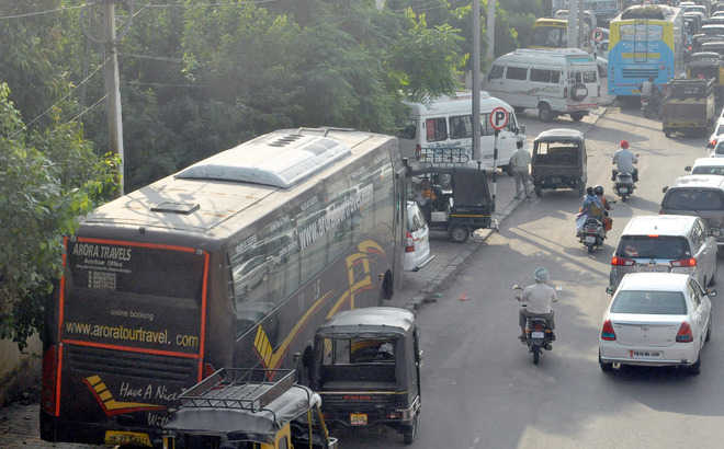 Pvt buses at rly station create traffic mess
