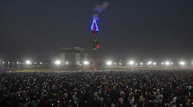 Country's tallest effigy draws thousands