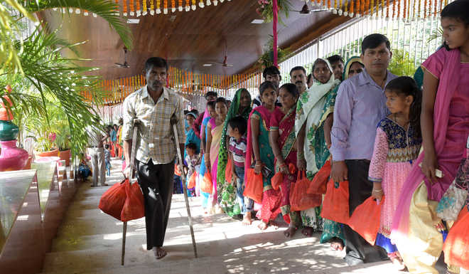 Navratra fest: Donations fall, foreign currency up