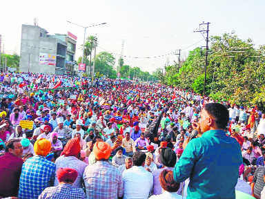 Teachers' protest brings city to a standstill