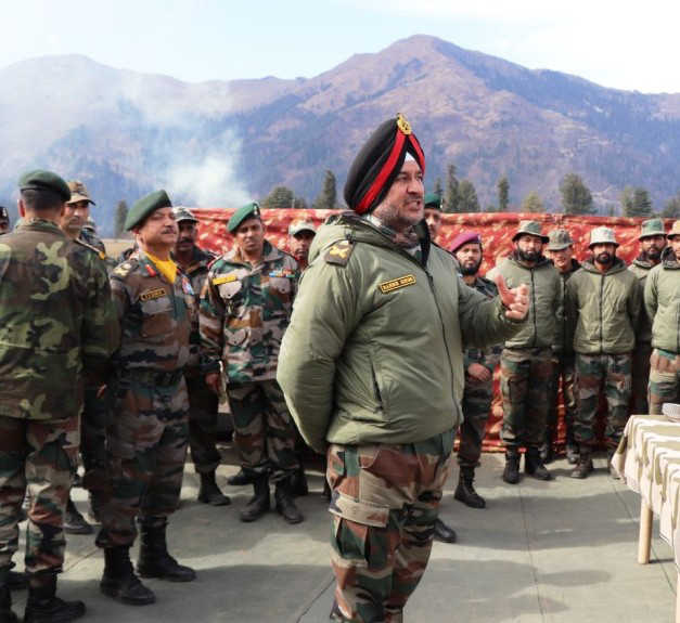 Northern Command chiefvisits forward areas, reviews security