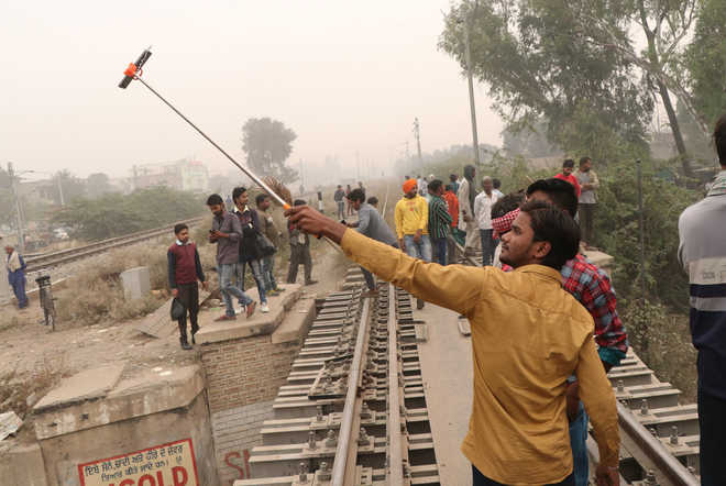 No lesson learnt, people stand on rail tracks during Chhath Puja in Bathinda