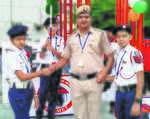 Head constable collaborates with NGO, gifts helmets to children