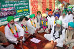 After assurance from admn, farmers end fast unto death