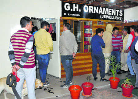4 open fire at owner of jewellery showroom