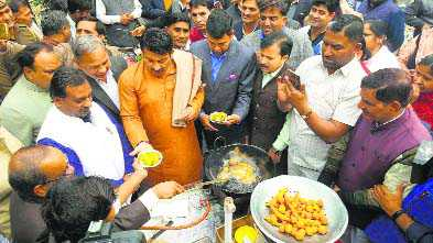 BJP hosts 'chai-pakoda' party, discusses Union Budget