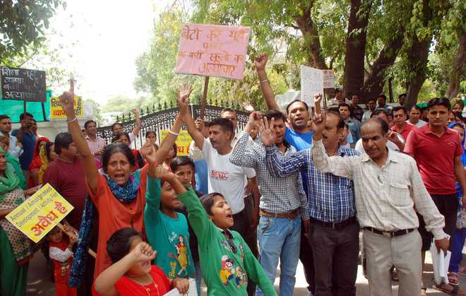 Parents protest against cancellation of forms