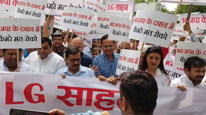 Fight over CCTV project intensifies; Kejri, Cabinet colleagues march to LG's house