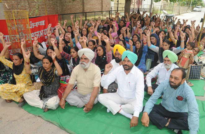AAP lends support to anganwari agitation