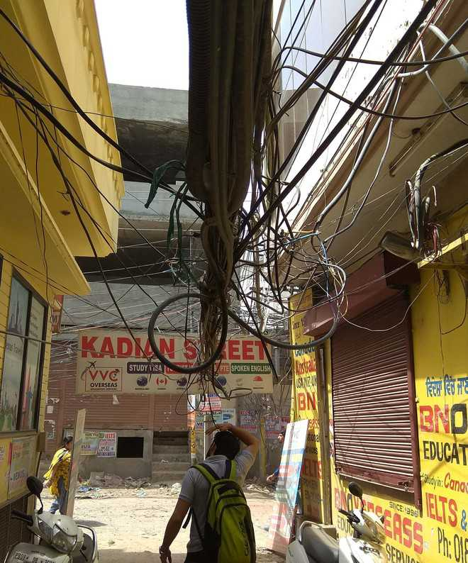 Dangling electricity wires pose a threat to commuters