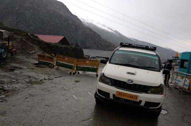 Rohtang opens to tourists, Kullu hoteliers elated