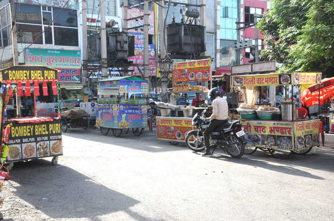 Vendors continue to occupy roads, cause traffic snarls