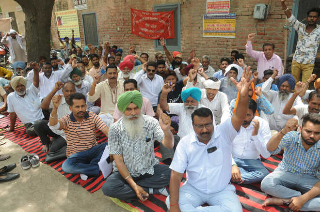 Subordinate Services Union holds protest over demands