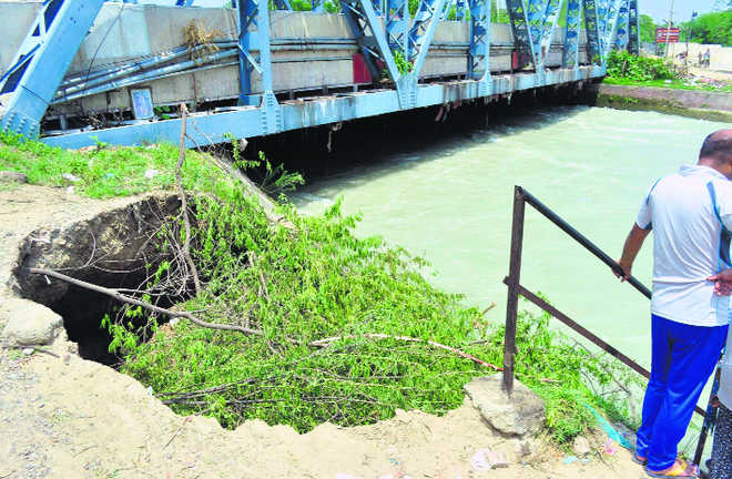 Side wall of Bhakra mainline collapses