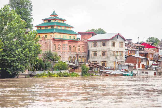 Jhelum crosses flood mark in Srinagar