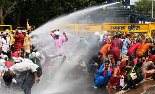 Cops use water cannons on protesting teachers, 5 injured