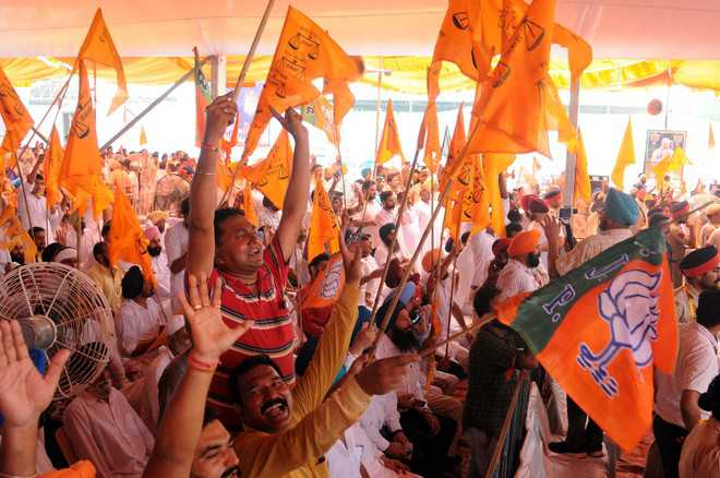 Youth raise slogans in favour of Modi, Badal