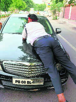 Bid to run over Ludhiana cop, clings to bonnet