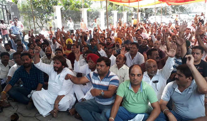 Civic body employees snap power supply in protest