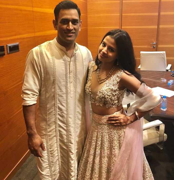 Viral News And Advertorial Writer: Dhoni's Wife Sakshi Rocks At Bestie Poorna's Ring Ceremony