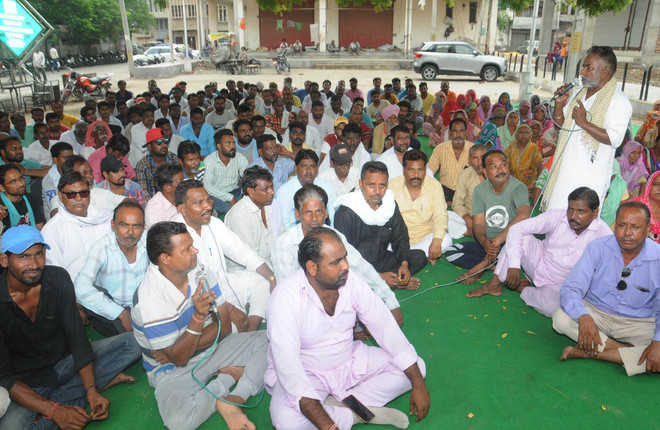 Sanitation workers call off strike