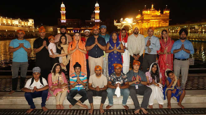 Delegation from UK pays obeisance at Golden  Temple