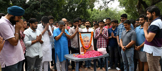 Traders pay tributes to ex-PM Vajpayee