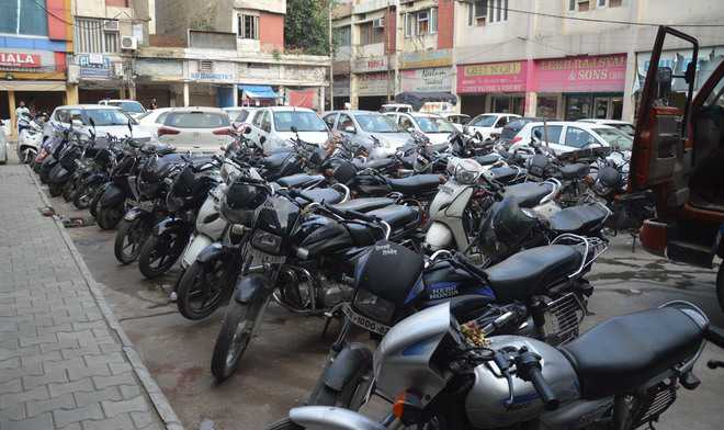 Shopkeepers against paid parking system at Bhadaur House market