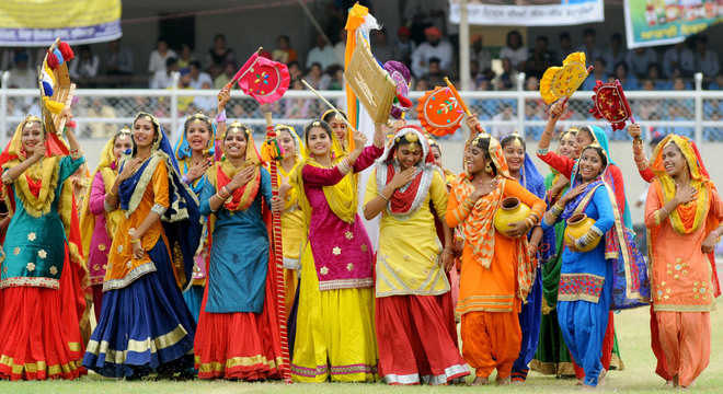 Log boliyan bole   Punjabi folk dons new form to take on