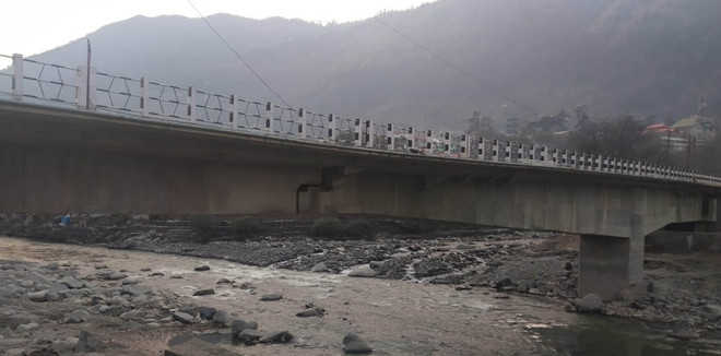 Bridge in Kullu develops crack, closed to traffic