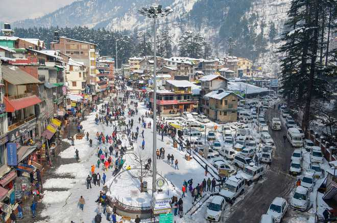 Tourists cheer snow in Himachal''s Manali