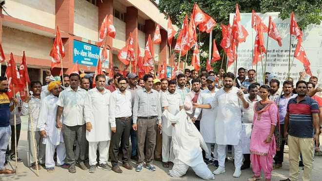 CPI activists begin dharna against illegal sand mining