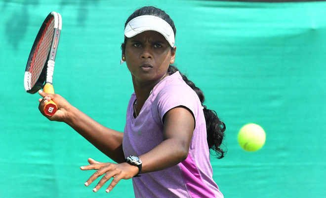 Top seeds Ishaque, Arthi stay on course