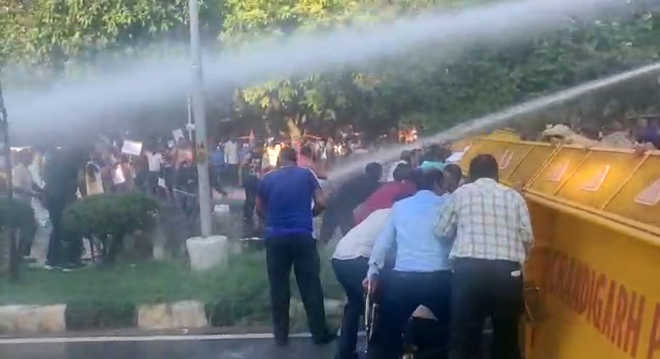 Cops use water cannons on protesting employees, 3 hurt