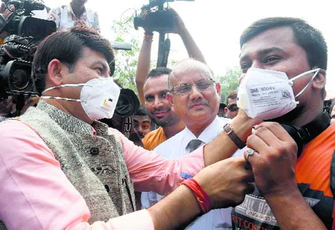 Layer of haze lingers in Delhi as air quality remains 'poor'