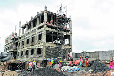 Paste construction plan at site, MC directs builders