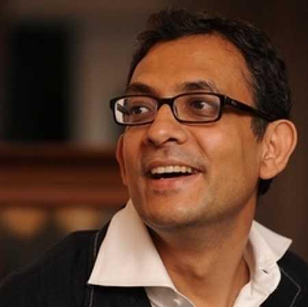 Sonia lauds Abhijit Banerjee, Rahul says he helped Cong frame 'Nyay'